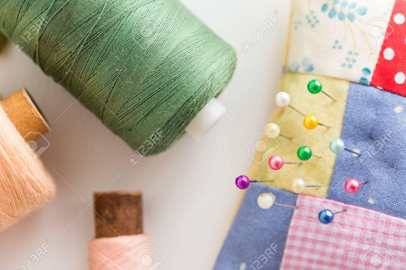 Fil De Peche Rose concept de couture, de couture, de couture et de tailleur - coussin cousu  mignon et coloré avec de jolies épingles, porte-outils sur le bureau blanc,
