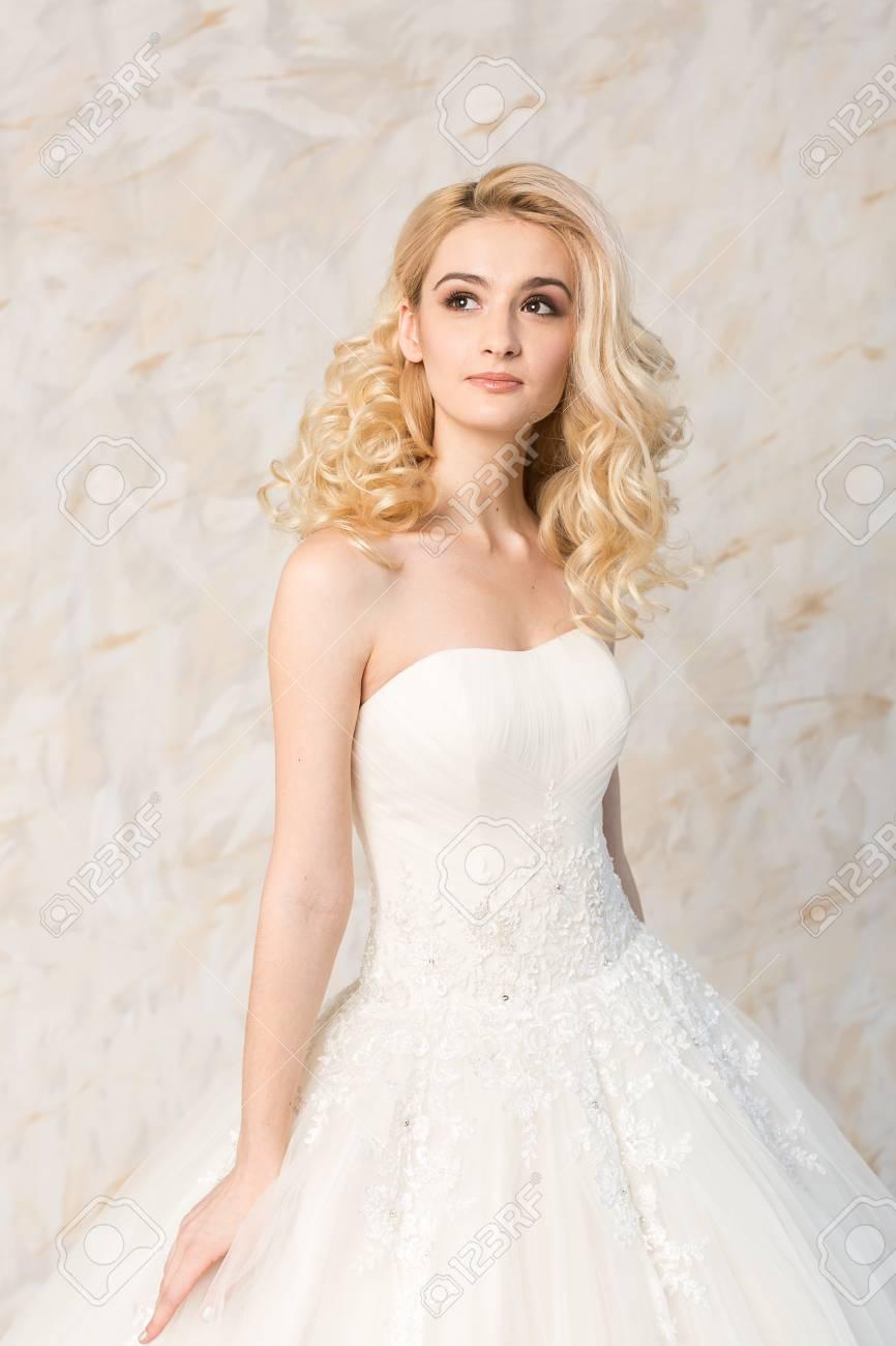 Vestido Blanco De Moda Modelo Rubia Hermosa Peinado De Novia Y Concepto De Maquillaje Joven Soñando En Vestido Festivo De La Boda De Pie En El