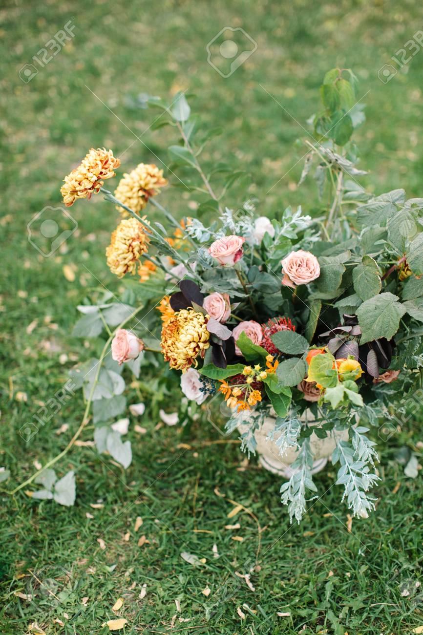 Archivio Fotografico   Organizzazione, Natura, Concetto Di Giardinaggio.  Sullu0027erba Verde Cu0027è Stupendo Mazzo Di Fiori Nel Vaso Creato Con Roselline  Rosa E ...