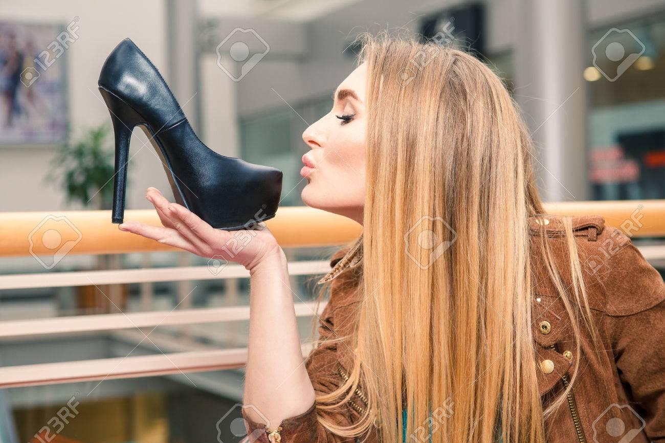 Девушка целует обувь