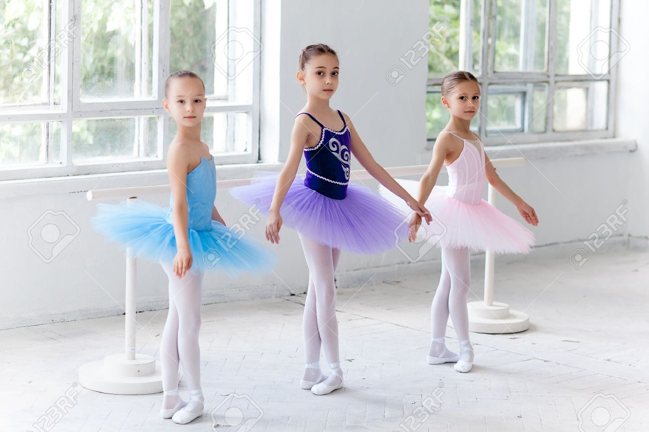 три девки в разноцветных