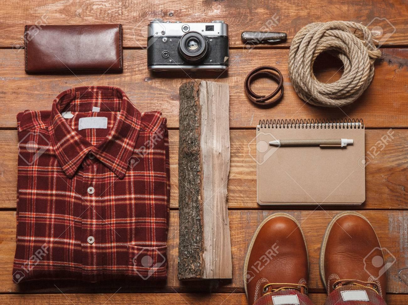calidad superior novísimo selección seleccione para el último Accesorios para hombres camisa -checkered, cuadernos, bolígrafos, cámaras  retro, zapatos de cuero y partmane sobre la mesa de madera