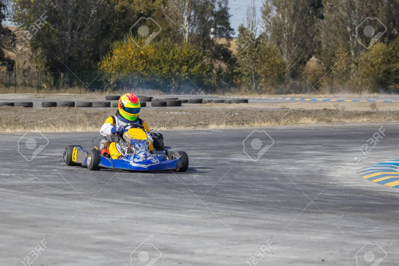 Circuito Karting : Karting conductor en el casco de conducción en circuito de kart