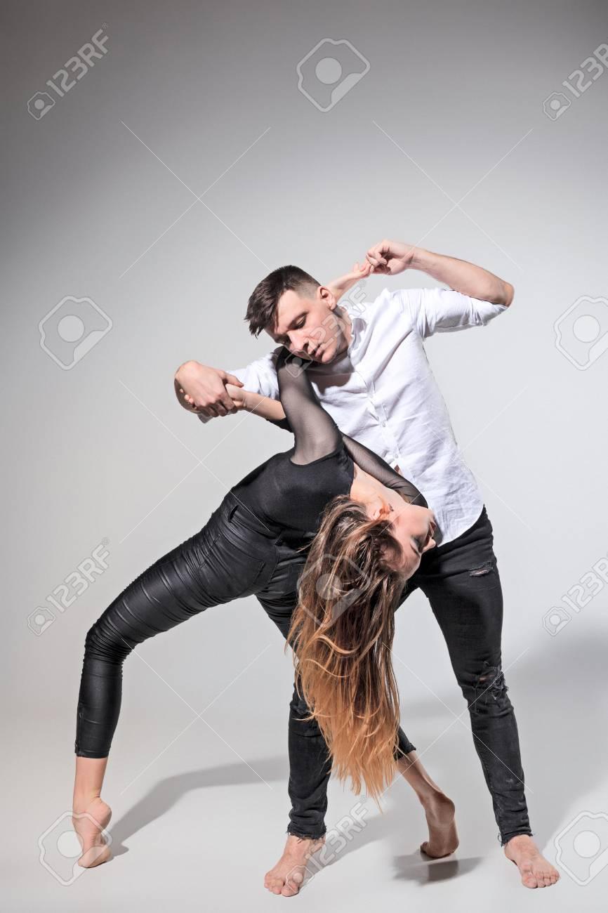 Zwei Leute Tanzen In Zeitgenössischen Stile Lizenzfreie Fotos ...