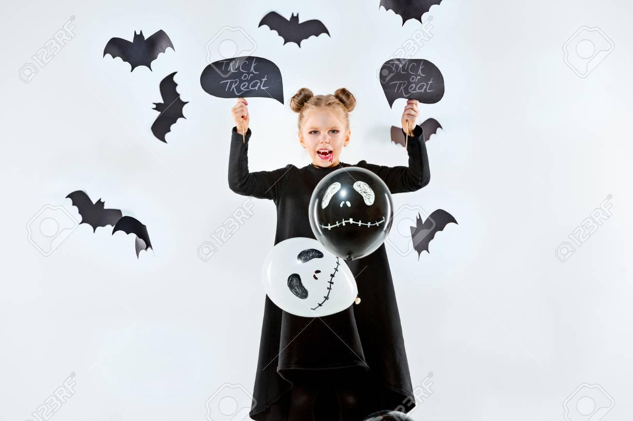 Niña Bruja En Vestido Negro Sobre Accesorios Mágicos Halloween La Noche De Estudio