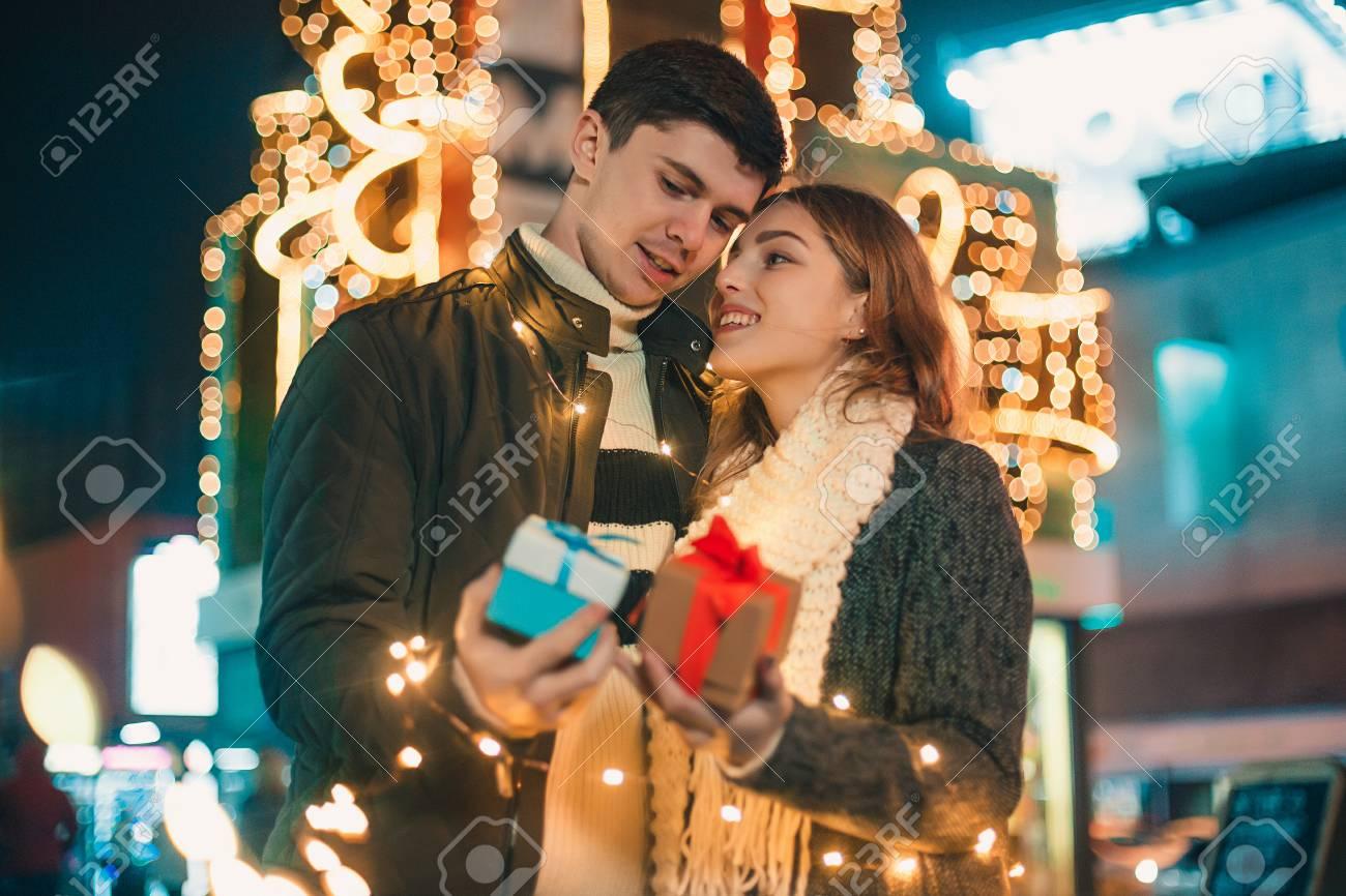 Cadeau De Noel Romantique Pour Homme.Surprise Romantique Pour Noël Femme Reçoit Un Cadeau De Son Petit Ami