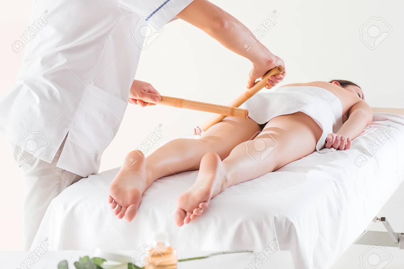 Detail Von Den Händen, Die Menschlichen Wadenmuskel Massieren ...