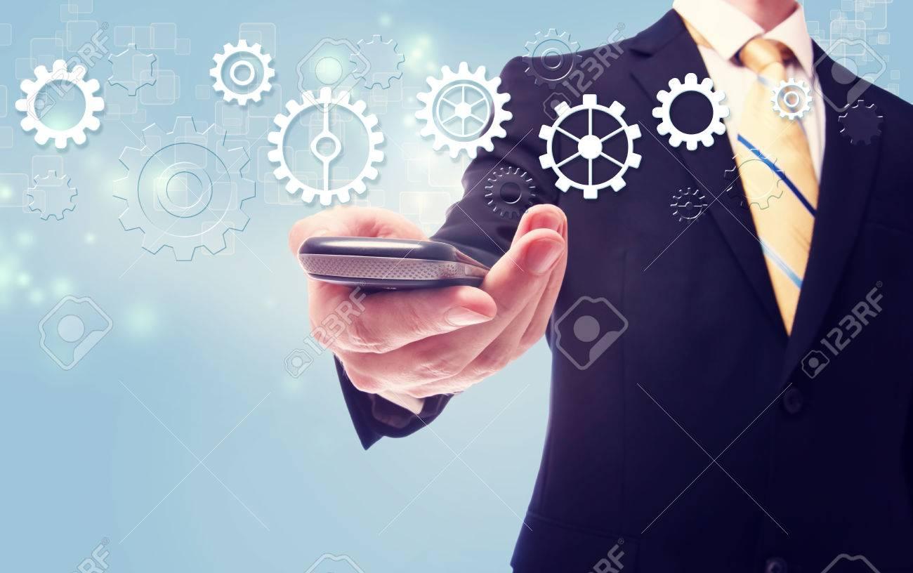 Immagini Stock Uomo Daffari Con Ingranaggi Più Di Un Cellulare Su