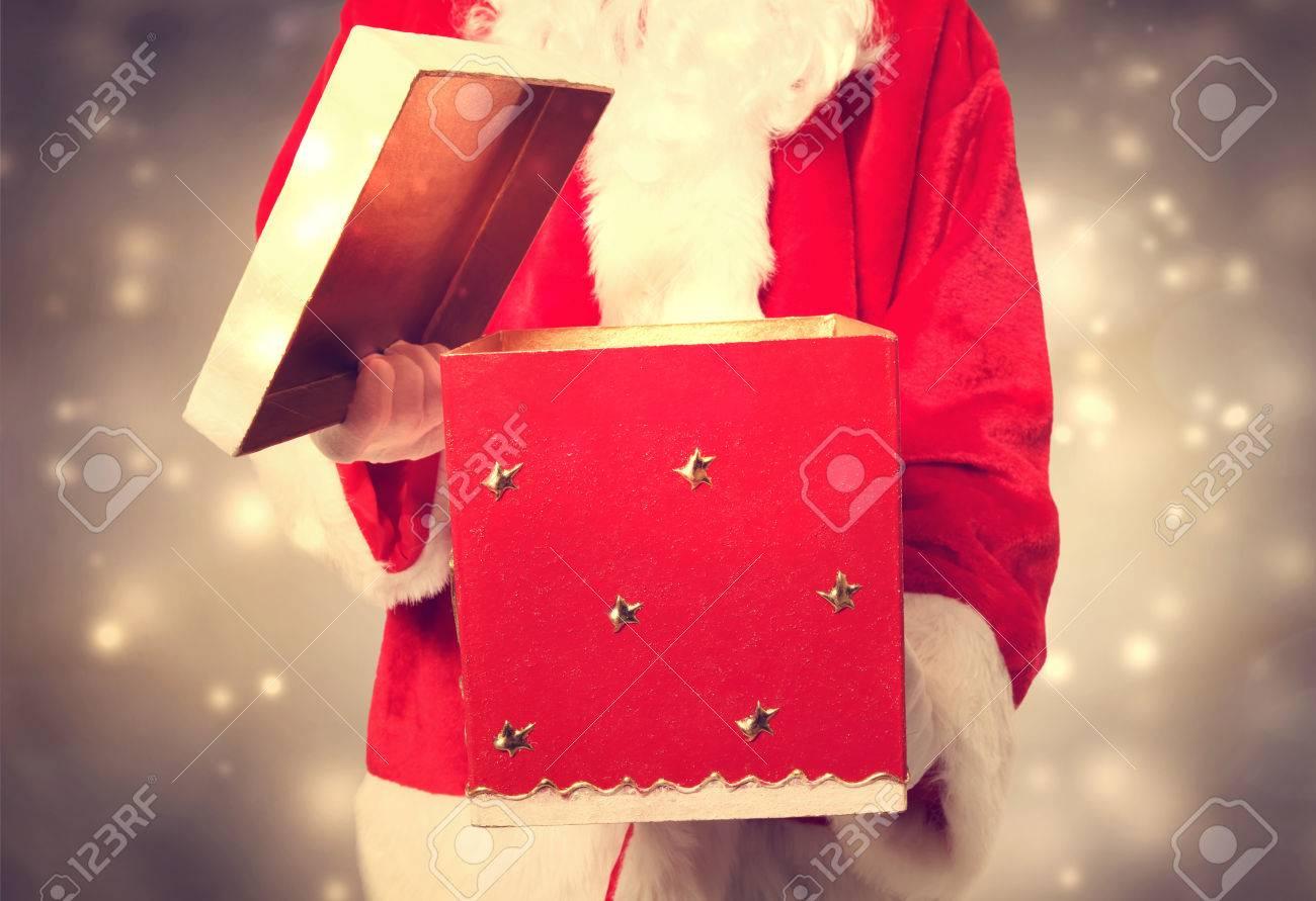 Weihnachtsmann Öffnen Und Hält Ein Großes Weihnachtsgeschenk ...