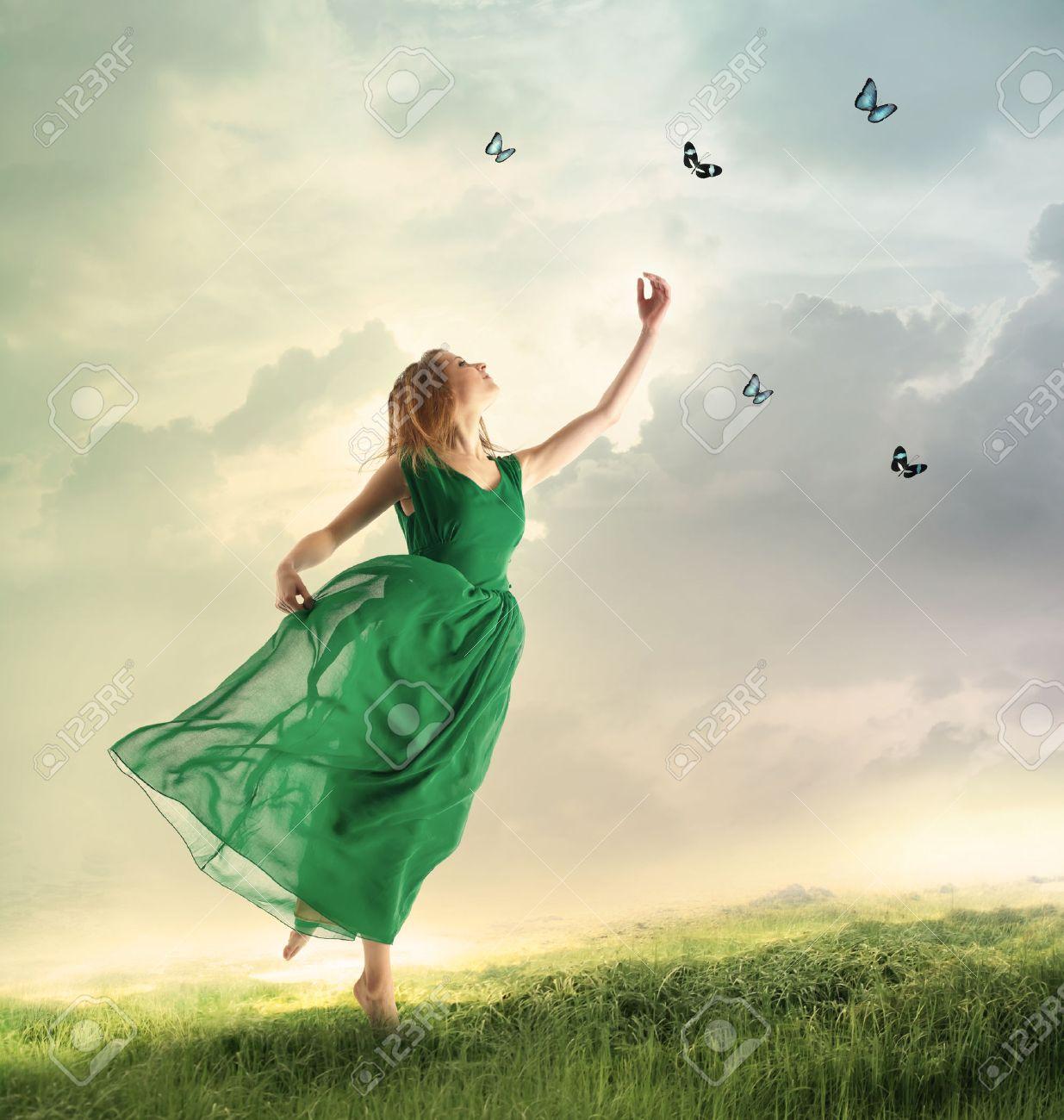 ===Que es para ti volar?...=== - Página 2 34683160-Beautiful-woman-in-a-green-dress-chasing-butterflies-on-a-mountain-Stock-Photo