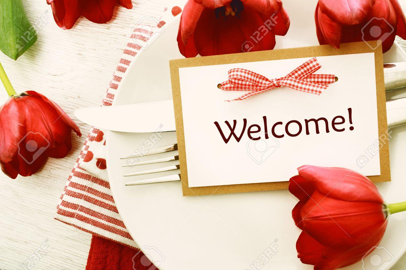 Dinner Gedeckten Tisch Mit Begrüßung Karte Und Rote Tulpen ...