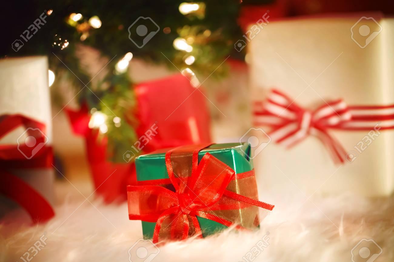 Weihnachten Geschenk-Boxen Auf Einem Weißen Teppich In Der Nacht ...