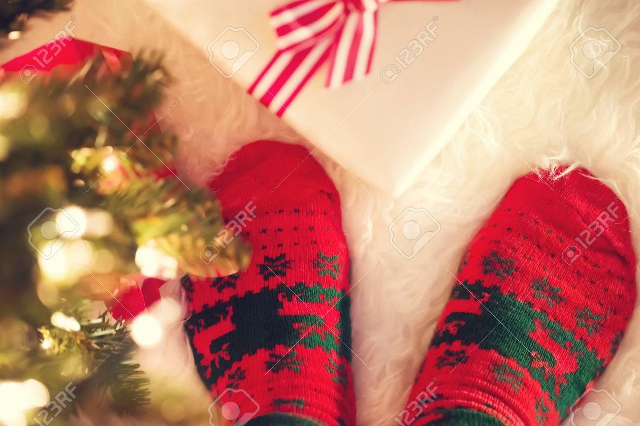Weihnachten Socken Und Geschenk-Box Auf Einem Weißen Teppich In Der ...