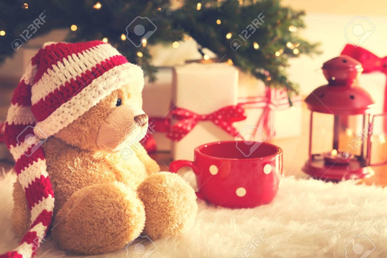 Bär Trägt Santa Hut Mit Weihnachten Geschenk-Boxen Auf Einem Weißen ...