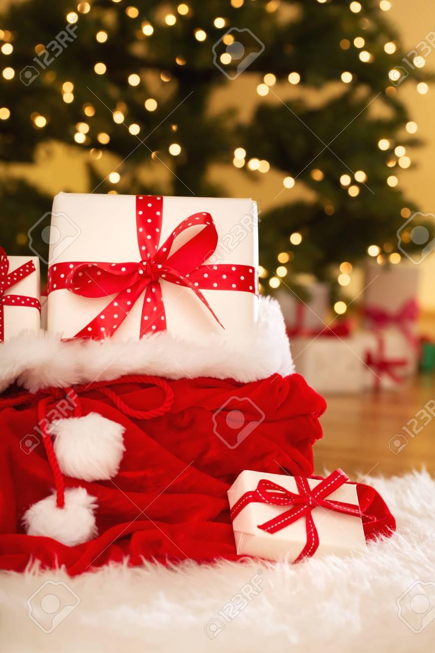 Weihnachtsgeschenkkästen In Sankt-Sack Auf Einem Weißen Teppich ...