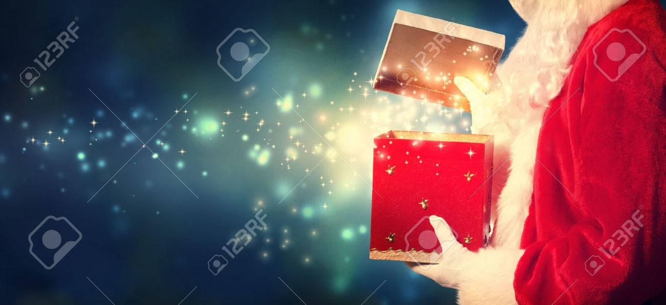 Weihnachtsmann Eröffnung Einer Roten Weihnachtsgeschenk In Der Nacht ...