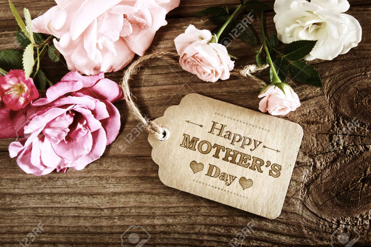 Mothers Day message with small pink roses on wooden table Standard-Bild - 54371806