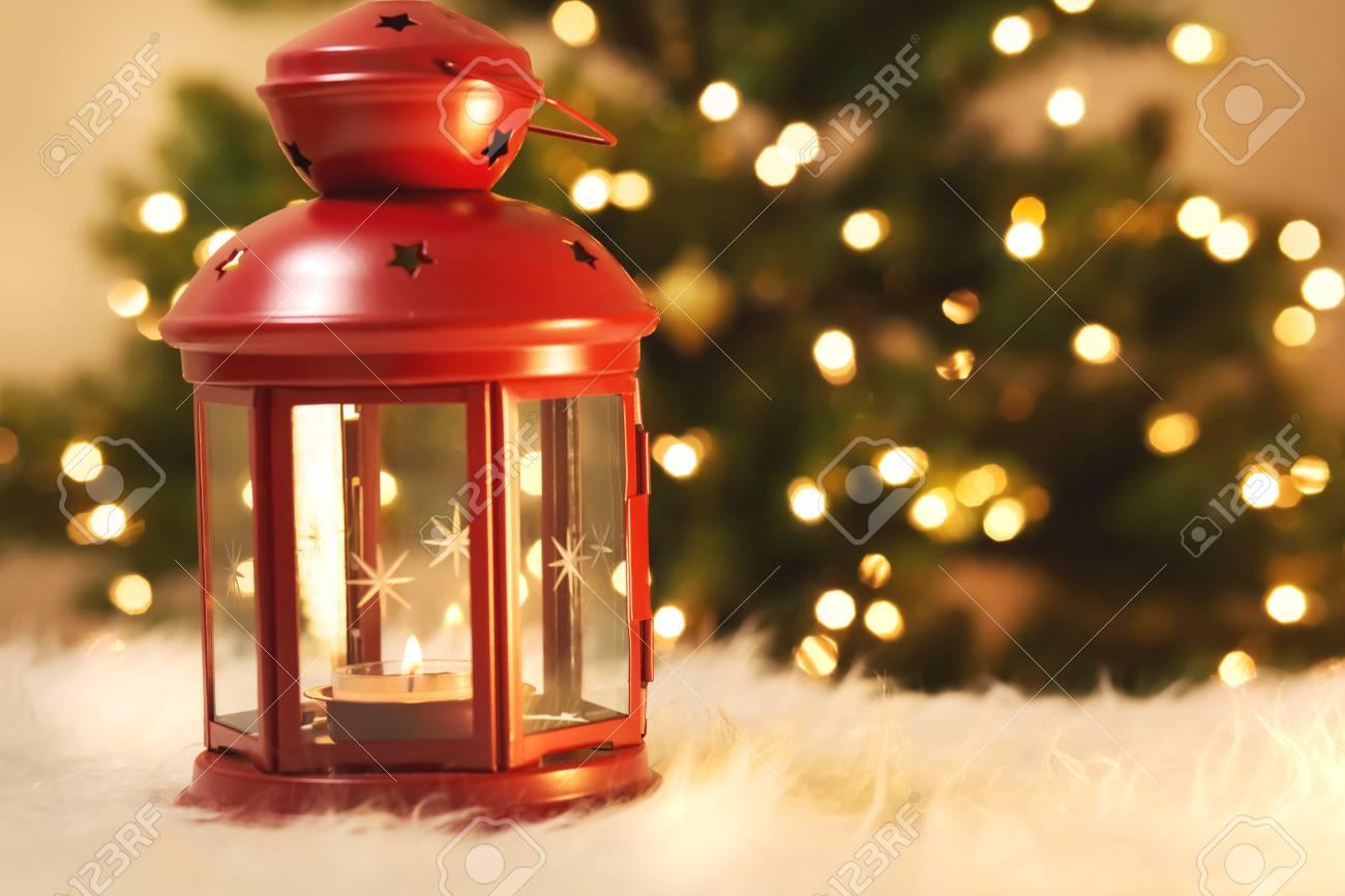 Weihnachtslaterne Auf Weißem Teppich Mit Baum In Der Nacht ...