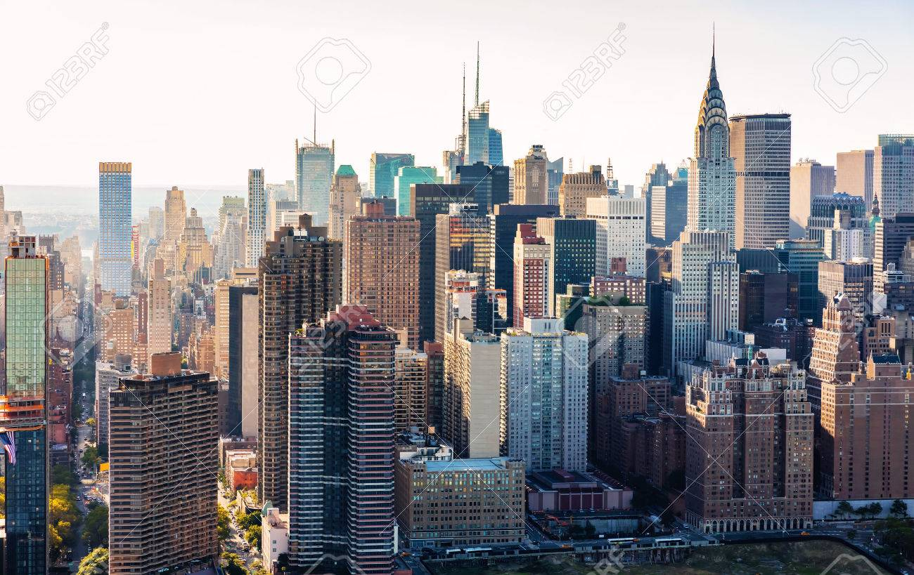 Aerial view of the New York City skyline near Midtown Standard-Bild - 64891222