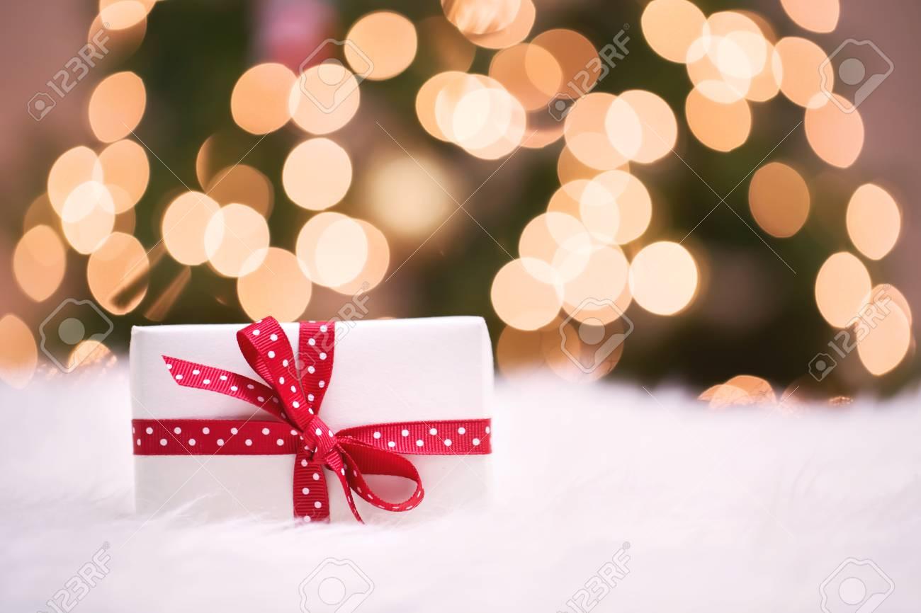 Weihnachtsgeschenkkasten Auf Weißem Teppich Vor Baum Lizenzfreie ...