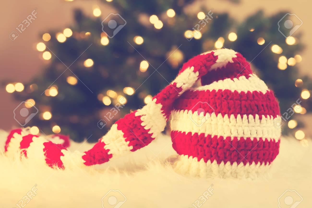 Striped Weihnachtsmütze Auf Weißem Teppich Vor Baum Lizenzfreie ...