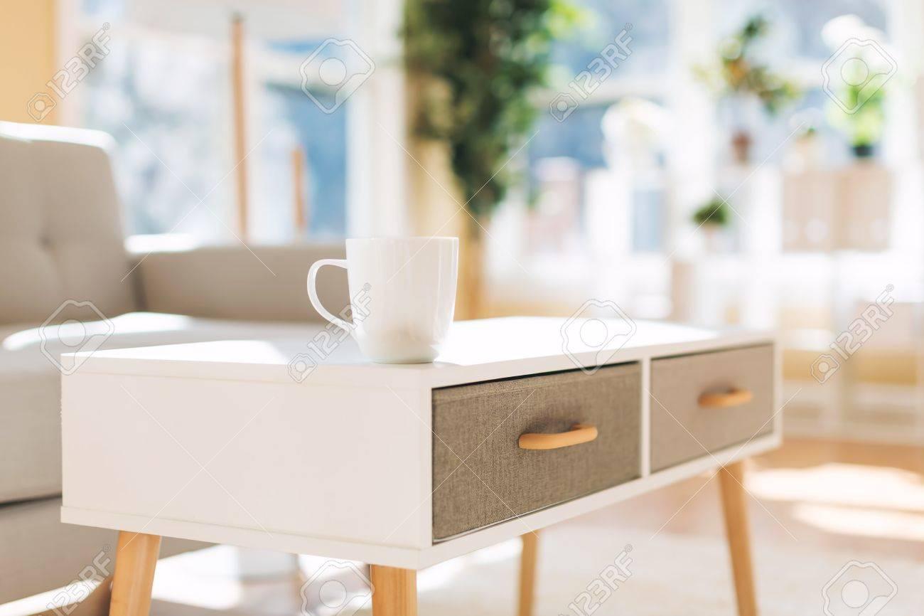 Interni Casa Grigio : Casa di interni di lusso con tazza di caffè e divanetto grigio