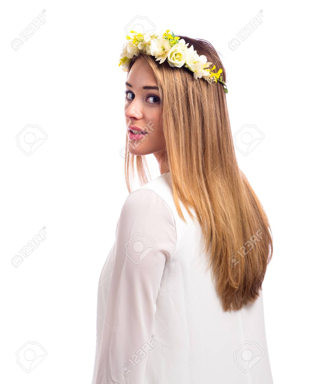 Witte Cocktailjurk.Mooie Jonge Vrouw Met Een Bloemkrans En Een Witte Jurk Geisoleerd Op