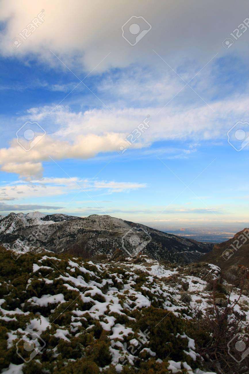 Vue Sur La Montagne Du Paysage De La Neige Vallees Pres De La Ville De Grenade En Espagne Banque D Images Et Photos Libres De Droits Image 19470948