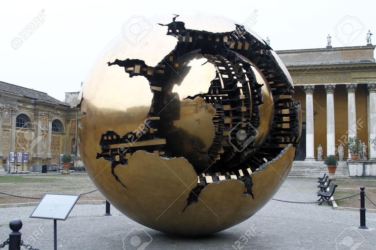 バチカン美術館で松ぼっくりの中庭に位置する球現代彫刻内球します ...