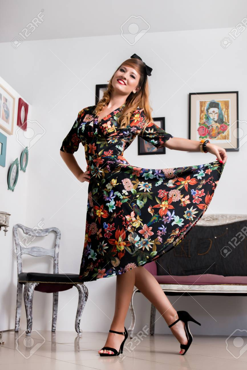 prezzo base nuova alta qualità codice coupon Donna che posa con un abbigliamento floreale retrò stile vintage.