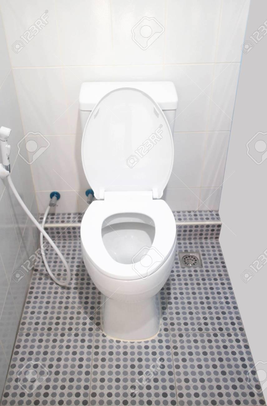 toilettensitz und sprühschlauch in der toilette lizenzfreie fotos