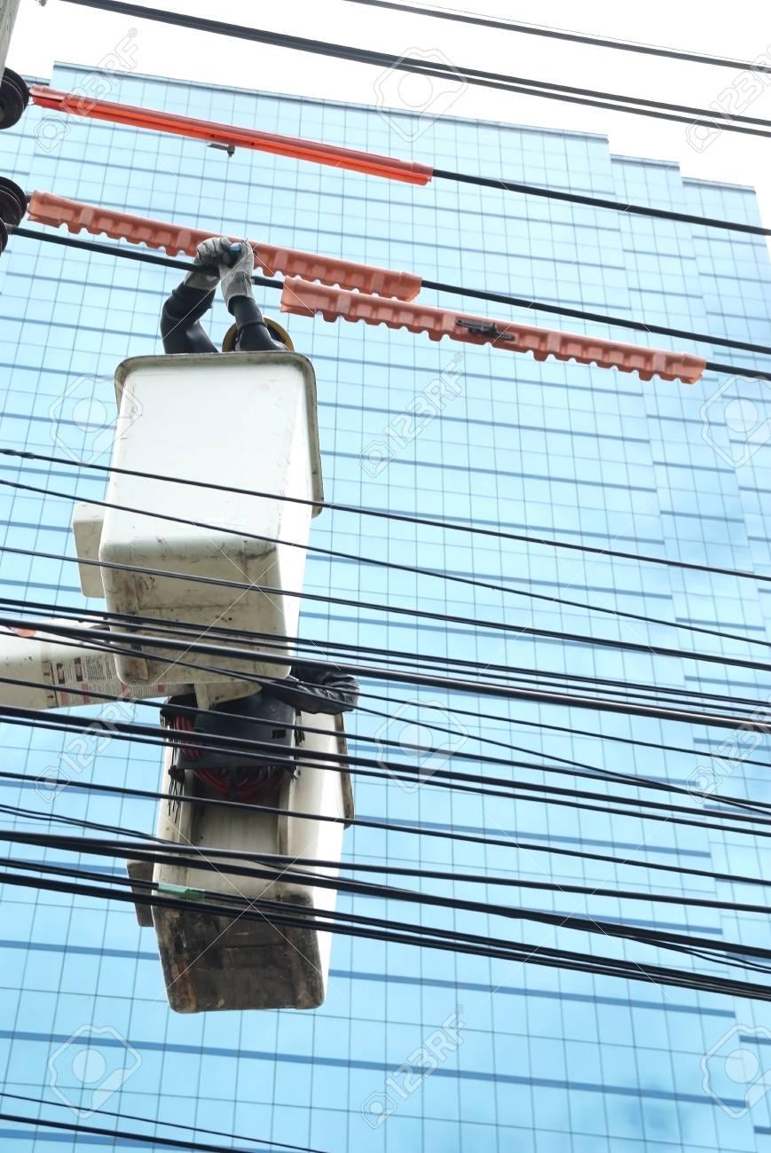 Elektriker überprüfen Sie Die Verdrahtung Auf Der Hebebühnen ...