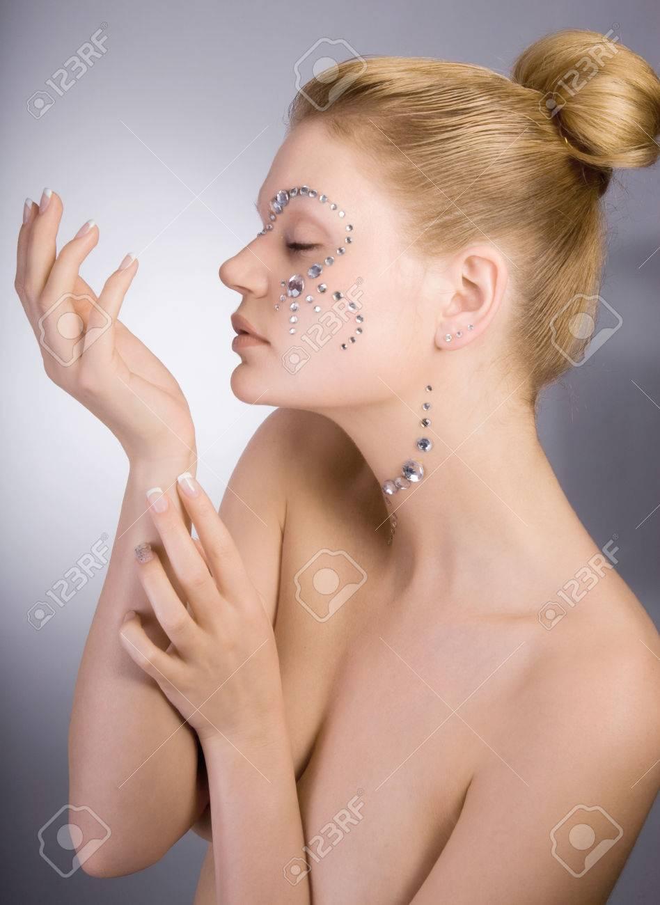 Modelo De Moda Femenina Con Una Decoración Espejo En La Cara Fotos ...
