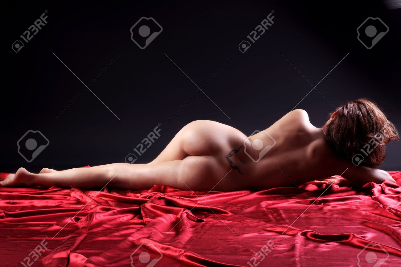 naked woman lying on red floor Standard-Bild - 29732449