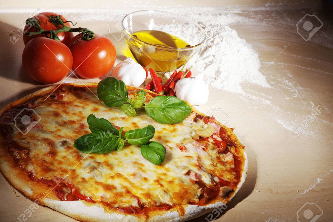tomato pizza with olive oil and flour - 28736578