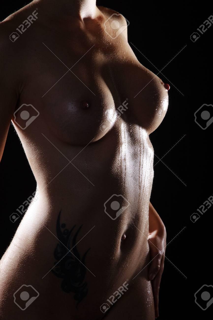 nude of woman in dark light and water Standard-Bild - 31615224