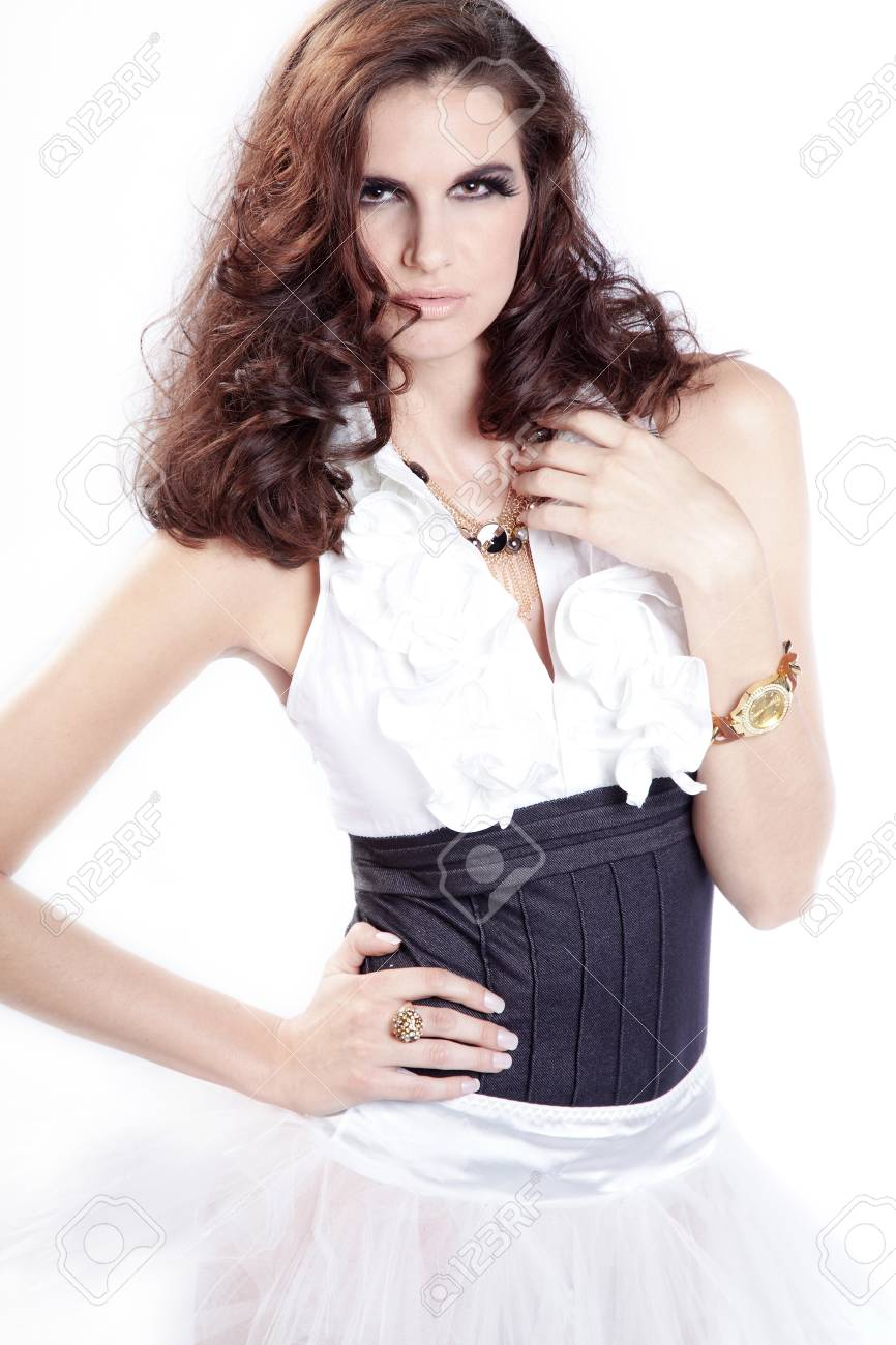 Lgante Femme Belle Posant En Tenue Blanche Banque D Images Et Photos ... d38c42b8bcce