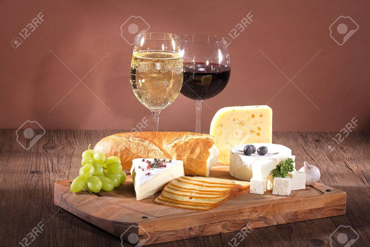 cheese with wine wooden board Standard-Bild - 31409342