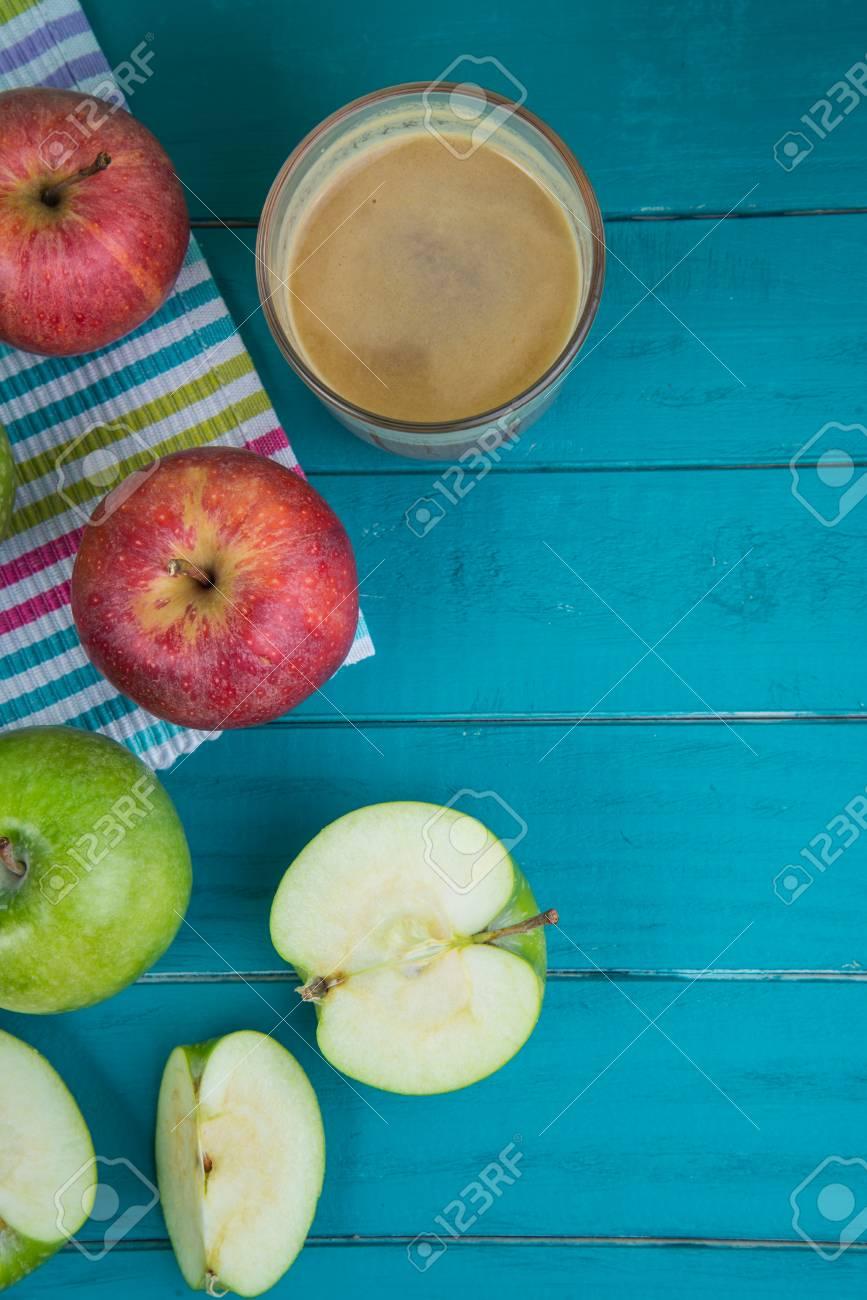 Bauernhof Frische Bio-rote Und Grüne Äpfel Auf Hölzernen Küchentisch ...