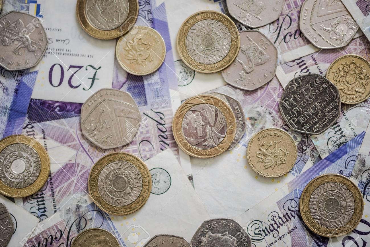 Pfund Sterling Münzen Und Banknoten Auf Dem Tisch Lizenzfreie Fotos