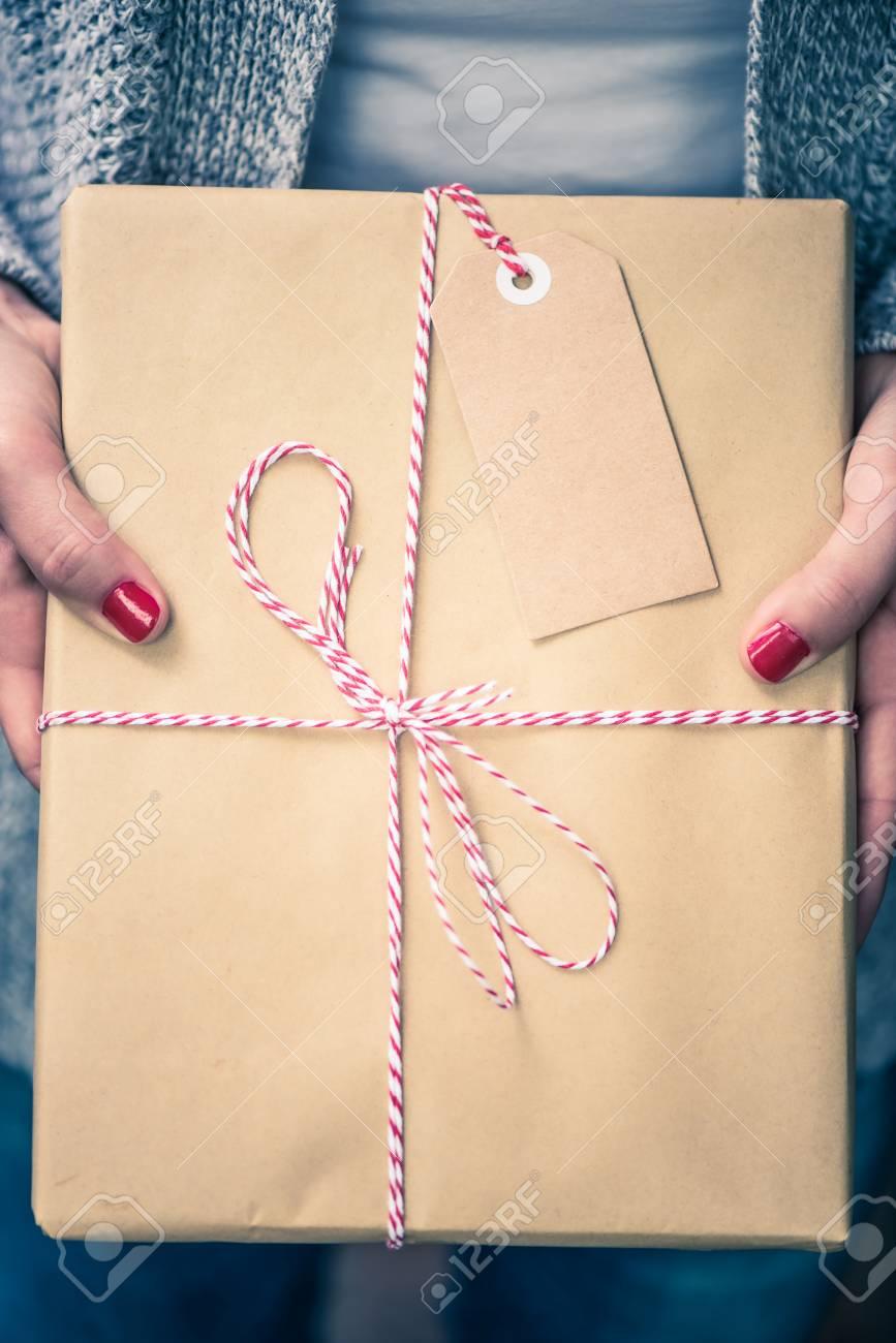 Frauenhände Halten Buch Für Weihnachtsgeschenk. Paket Mit Leerer ...