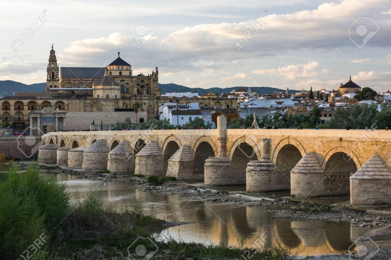 Cordoue Espagne Vue Sur Le Pont Romain Et La Mosquee Cathedrale Sur La Riviere Guadalquivir