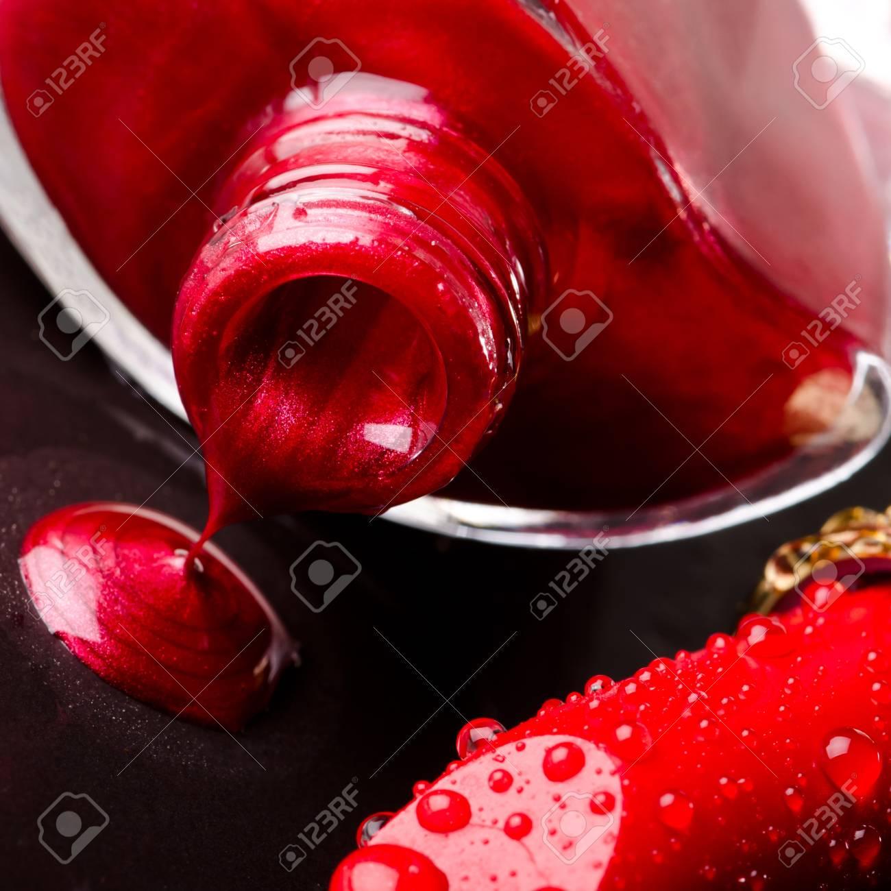 Esmalte De Uñas Rojo Sobre Negro