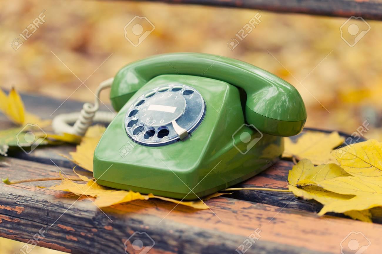 Téléphone Vintage Vert Sur Le Banc Dans Le Parc Automne Banque D