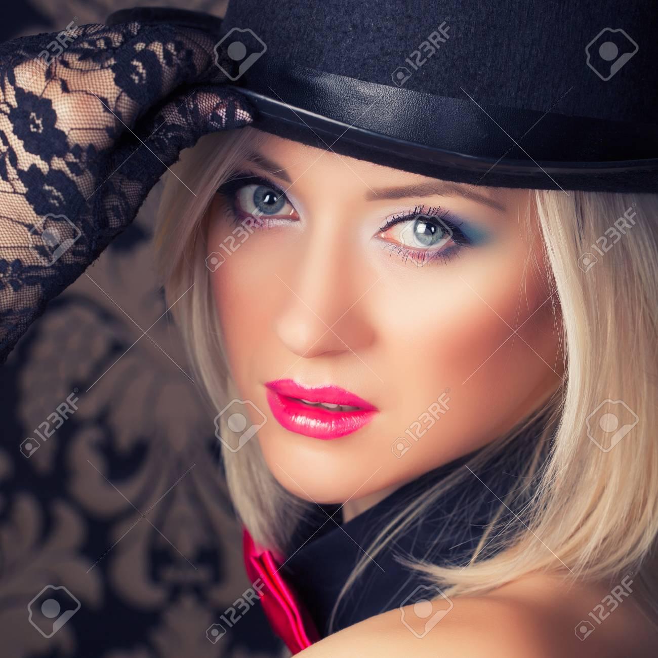 レトロな壁紙に対するポーズ美しいキャバレー女 の写真素材 画像素材