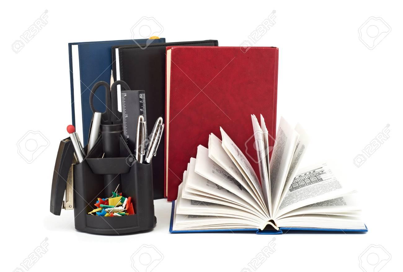 Accessori Per Ufficio : Set di accessori per ufficio È isolato su uno sfondo bianco foto