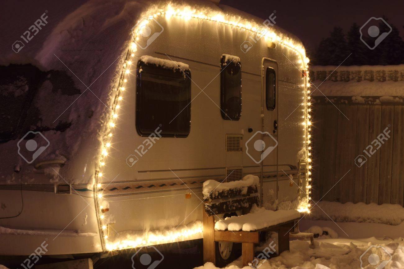 Le Camping D\'hiver Vacances Guirlande Décorée. Caravan Blanc Banque ...