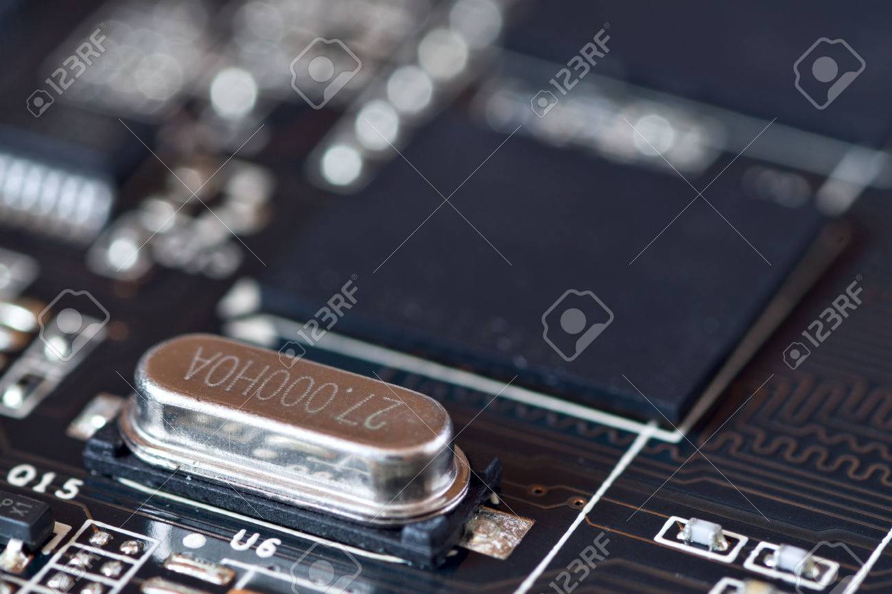 Circuito Oscilador : Circuito oscilador electrónico montado en la placa base fotos