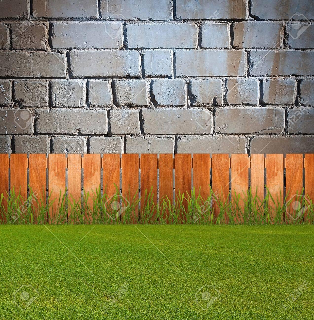 Mattoni Per Recinzione Giardino.Erba Verde In Giardino Con Recinzione In Prossimita Del Muro Di Mattoni