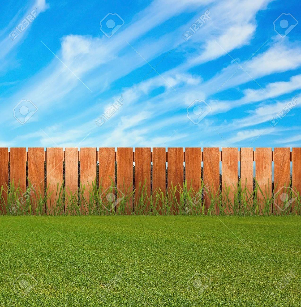 Grunes Gras Im Garten Mit Zaun Lizenzfreie Fotos Bilder Und Stock
